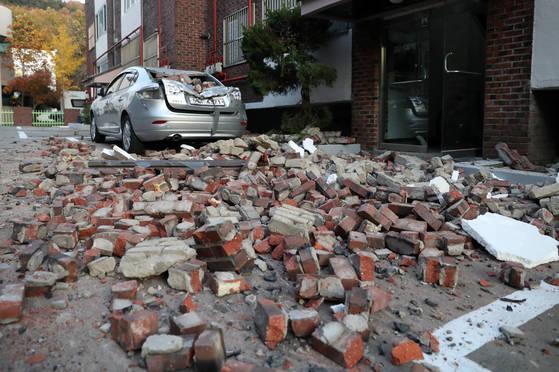 15일 포항에서 발생한 지진으로 북구의 한 빌라 외벽이 무너져 내려 파편이 뒹굴고 있다. [연합뉴스]