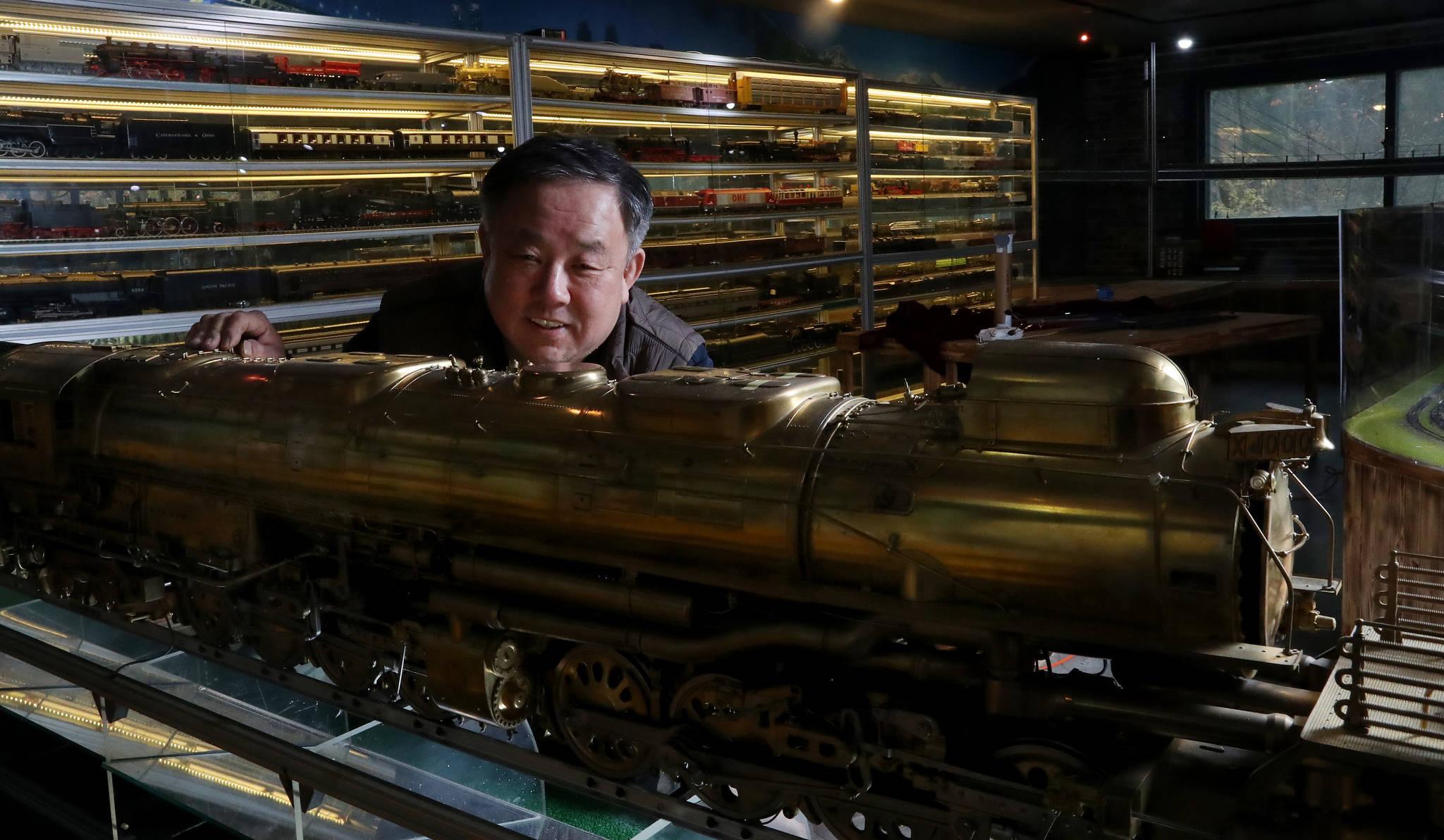 황동 조각으로 정교한 기차 모형을 만드는 이현만씨가 13일 오후 인천 남동구 장자로에 있는 '기차왕국박물관 Cafe'에서 직접 제작한 '빅보이' 기관차를 바라보고 있다. 기차 모형 제작의 외길 인생을 살아온 이 씨는 몸이 허락하는 70세까지는 이 일을 하고 싶다고 말했다. 우상조 기자