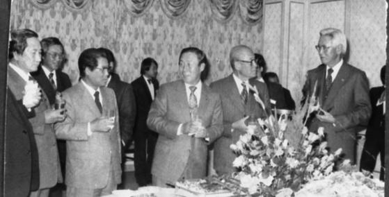1981년 『사이공 억류기』출판 기념회에서 이대용 전 공사(가운데). [중앙포토]