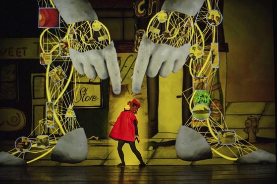 영화와 연극을 넘나드는 장르 파괴로 '연극의 미래'로 평가받는 '골렘'. [사진 LG아트센터]