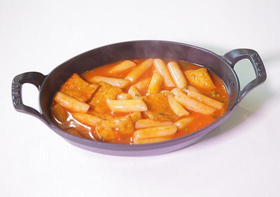 봉지에 든 재료만으로 요리했다. 시중에서 파는 떡볶이와 비슷했다.