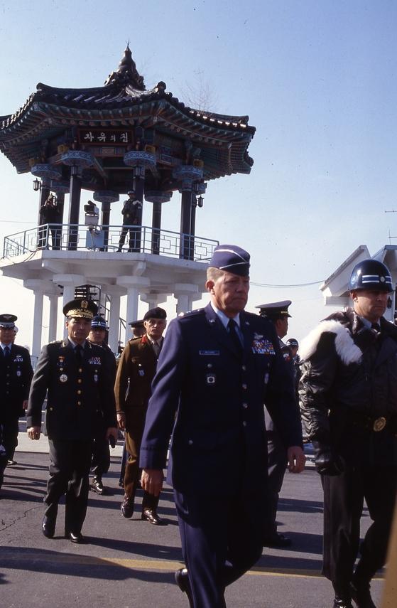 459차 군정위에 참석하기 위해 입장하는 유엔사 대표들. [중앙포토]