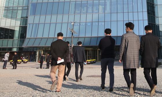 부산 남구 부산국제금융센터 근무자들이 밖으로 피신했다가 다시 사무실로 들어가고 있다.송봉근 기자