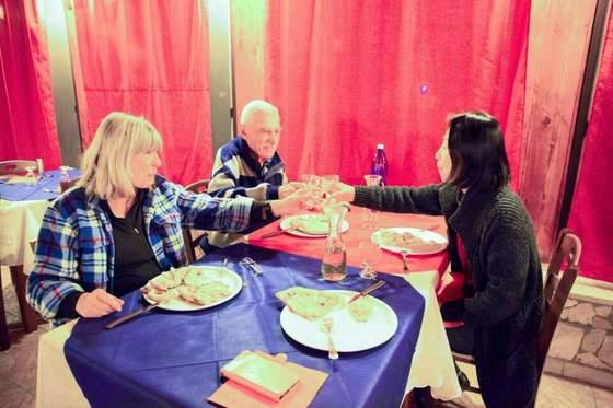 예정된 계획보다 우연한 감동을 좇기로 하고 떠난 캠핑카 여행. 산책길에 우연히 만나 저녁식사까지 함께 하게 된 한국과 독일 부부들. 이 순간을 즐기기 위해 건배를 했다. [사진 장채일]