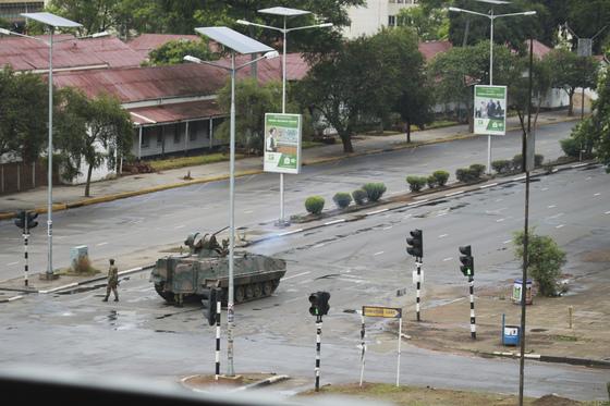 15일 짐바브웨 군부는 무가베 대통령의 부통령 경질에 반발해 사실상 쿠데타를 일으켰다.[AP=연합뉴스]