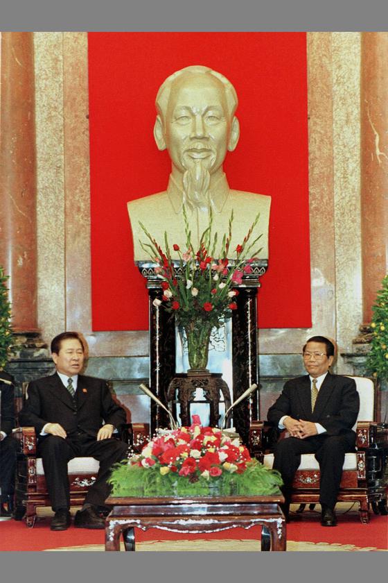 베트남에서 열리고 있는 아세안정상회의(ASEAN SUMMIT)에 참석중인 김대중대통령이 12월 15일 하노이 주석궁에서 트란 둑 루옹(TRAN DUC LUONG) 베트남 국가주석과 정상회담을 하고 있다. [하노이=조용철]