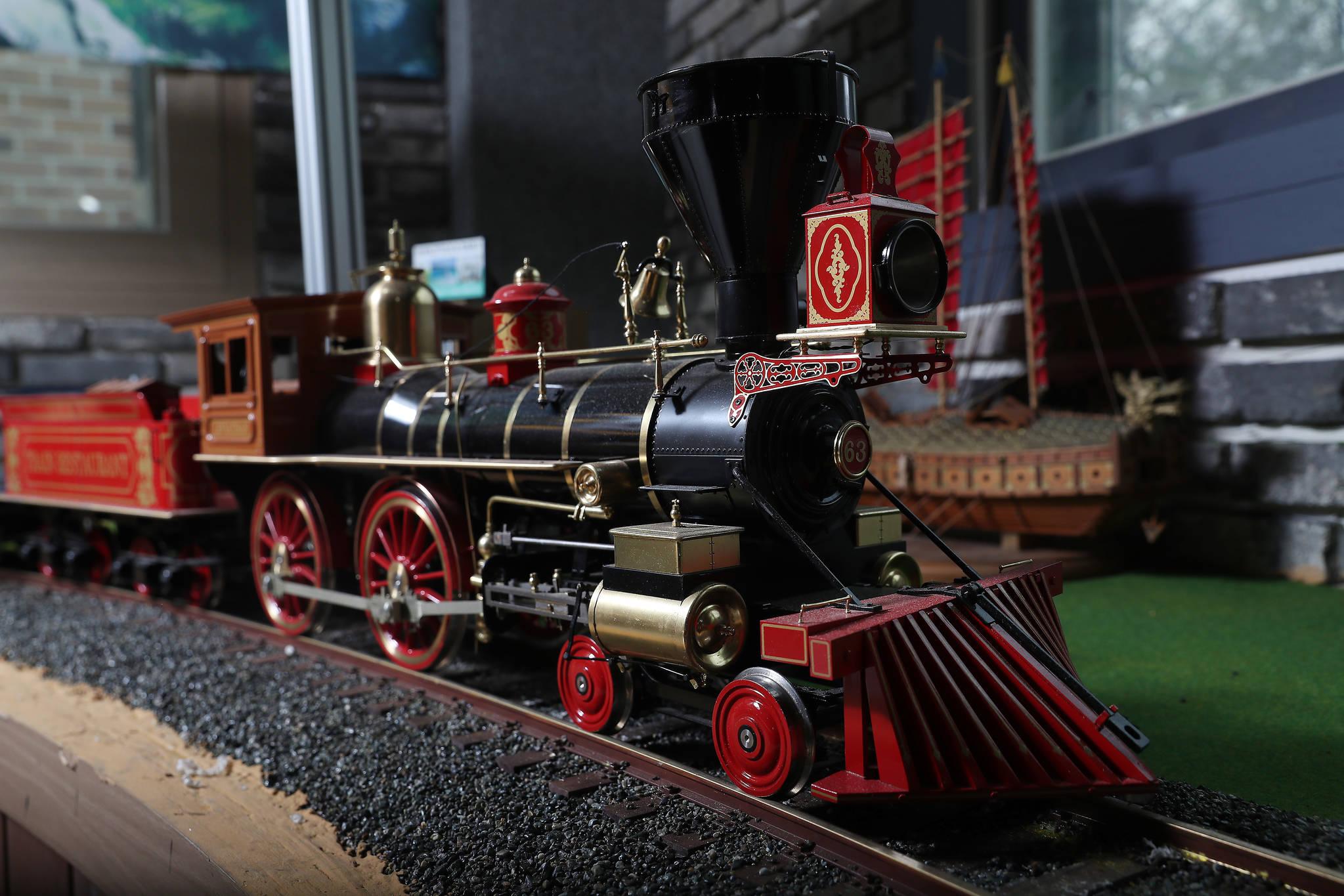 완성된 'JUPITER' 기관차 모형. 박물관 내에서 음료를 서빙하는 역할도 담당하고 있다. 우상조 기자