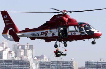 서울시119특수구조단이 15일 오전 서울 원효대교밑에서 한강 수난사고 대비 합동훈련을 실시했다. 이날 구조대가 소방헬기를 이용해 항공구조를 하고 있다. 김경록 기자
