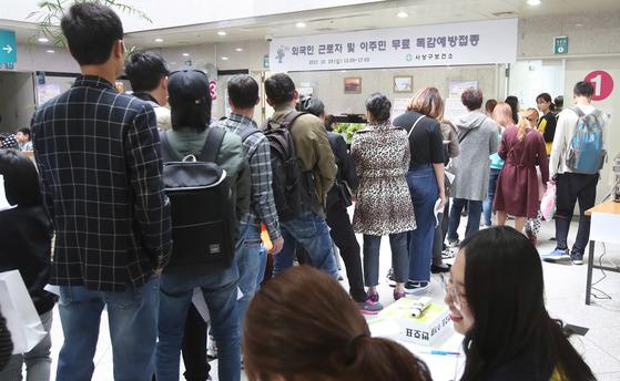 지난달 28일 부산 사상구보건소에서 외국인 근로자와 이주민에 대한 무료 독감예방 접종을 실시해 참가한 외국인들이 길게 줄서서 접종 차례를 기다리고 있다. 송봉근 기자