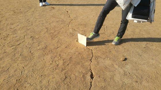 지진으로 포항고등학교 운동장이 갈라져 있다. [사진 트위터]