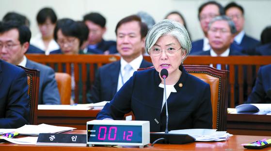 10월 30일 외교부 등에 대한 국회 외교통일위원회의 국정감사가 국회에서 열렸다. 증인으로 출석한 강경화 외교부 장관이 의원들의 질의에 답하고 있다. 박종근 기자