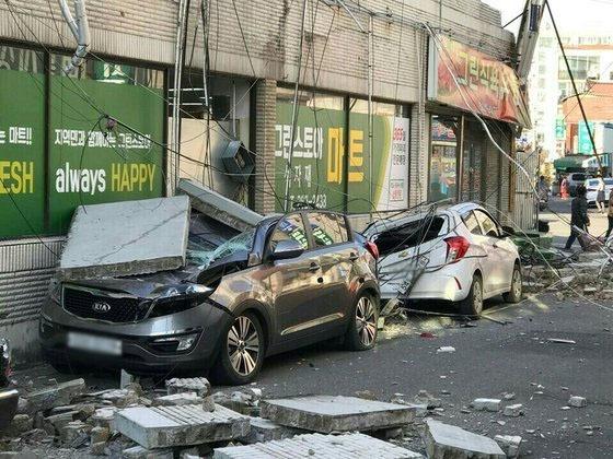 경북 포항에서 15일 진도 5.5 규모의 지진이 발생했다. 포항시 흥해읍 마산리의 한 마트 외벽이 무너진 사진 [사진 트위터]