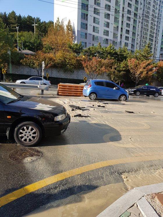 포항 지진으로 하수관이 파열돼 도로에 물이 흘러 넘치고 있다. [사진 트위터]