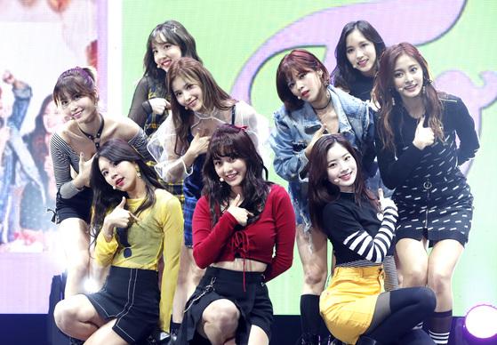 트와이스가 지난달 30일 오후 서울 광진구 에스24 라이브홀에서 열린 'TWICE SHOWCASE #5 LIKEY' 컴백 쇼케이스에 참석해 화려한 공연을 선보이고 있다. [뉴스1]