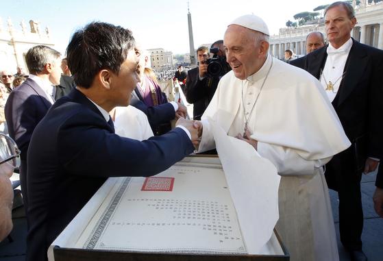 김승수 전주시장이 프란치스코 교황에게 전주한지로 복본된 고종의 친서를 건네고 있다. [사진 전주시]