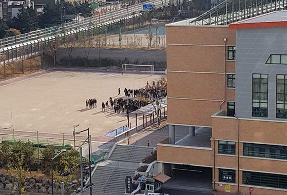 경남 울산 중구 장현동 외솔중학교 학생들이 운동장에 대피해 있다. [사진 독자 김성욱]
