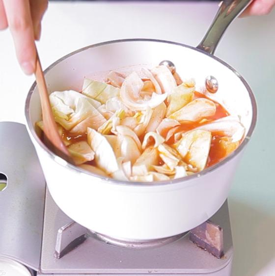 양배추와 양파는 떡과 함께 넣고, 파는 떡이 익은 후에 넣는다.