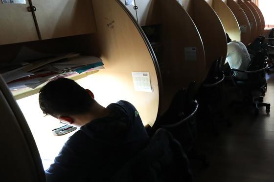 포항 지진으로 수능이 연기된 16일 오후 서울 강남의 한 고교 자습실에서 아침 일찍부터 고3 수험생들이 등교해 평소처럼 공부하고 있다. 김경록 기자