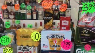 각 종 주류를 할인행사하는 모습. 최저 가격 주류제를 도입해 알코올 섭취를 줄이려는 스코틀랜드 자치정부의 조치가 대법원 판결에 따라 내년 봄부터 시행될 예정이다. [BBC 캡처]