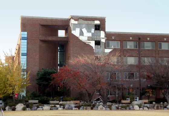 15일 포항에서 발생한 지진으로 한동대학교의 한 건물 외벽이 떨어져 나가 있다. [연합뉴스]