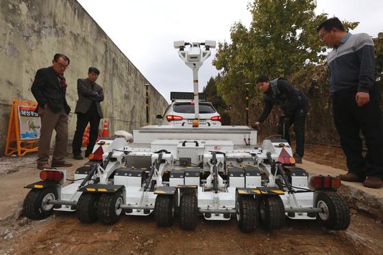 옛 광주교도소의 담장 주변에서 땅속탐사레이더(GPR)를 투입해 발굴 작업을 하고 있다. 연합뉴스