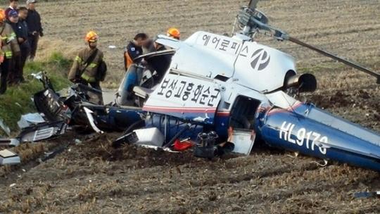 16일 오후 전남 보성군 벌교읍의 한 논에 산불진화용 헬기가 추락해 119 구조대원들이 탑승자를 구조하고 있다. [연합뉴스]