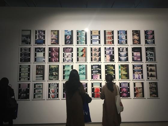 요나스 메카스의 작품 '여름 매니페스토'(2008)가 설치된 전시장 모습. [이후남 기자]
