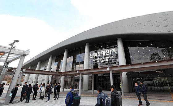 진부(오대산)역은 2018 평창 겨울올림픽 개폐회식장이 있는 올림픽 플라자에서 가장 가까운 역이다. 경강선이 개통되면 서울에서 진부까지 1시간 30분 걸린다. 사진은 완공을 앞둔 진부역 모습. [평창=연합뉴스]