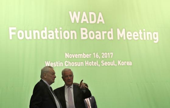 크레이그 리디(오른쪽) WADA 위원장이 16일 서울 중구 웨스틴조선호텔에서 열린 WADA 이사회 회의에 앞서 리처드 파운드 IOC 위원과 이야기를 나누고 있다. [AP=연합뉴스]