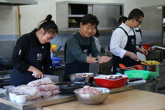 이연복 셰프가 제자 셰프들과 함께 아이들에게 제공할 점심 식사를 만들고 있다. [사진 위스타트]