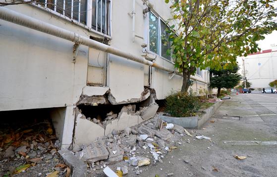 포항 지역 지진으로 15일 흥해읍 마산리의 한 아파트 건물 하단이 무너졌다. [사진 경상일보]