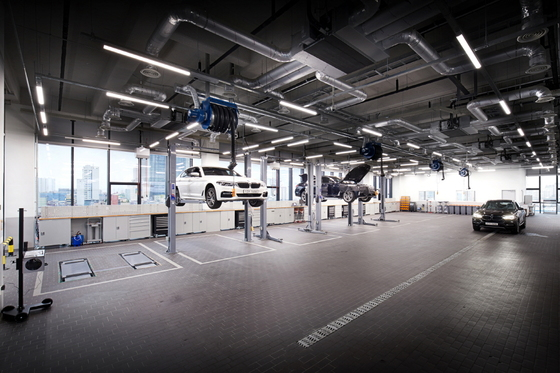 도이치모터스가 23일 성수동에 BMW 성수통합서비스센터를 공식 개장한다. 사진은 7층에서 차량을 정비하고 있는 모습. [사진 BMW그룹코리아]