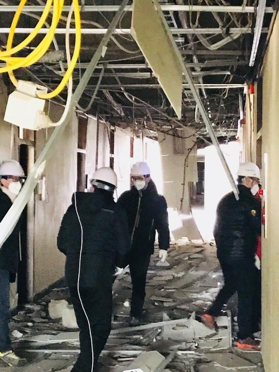 15일 포항 지진으로 건물 곳곳이 무너진 한동대학교에서 시설관리팀이 점검을 하고 있다. [사진 한동대학교]