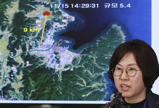 15일 오후 경북 포항에서 규모 5.4의 지진이 발생한 가운데 이미선 기상청 지진화상센터장이 서울 동작구 신대방동 기상청에서 지진발생 현황에 대해 브리핑하고 있다. 임현동 기자