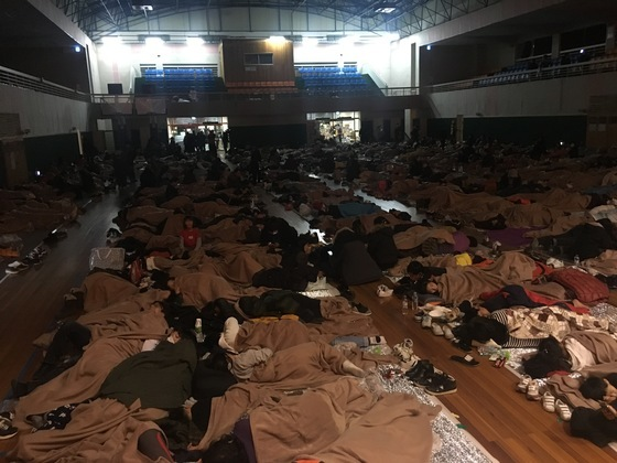포항 지진 뒤 흥해실내체육관에 대피한 시민들이 잠을 청하고 있다. 백경서 기자