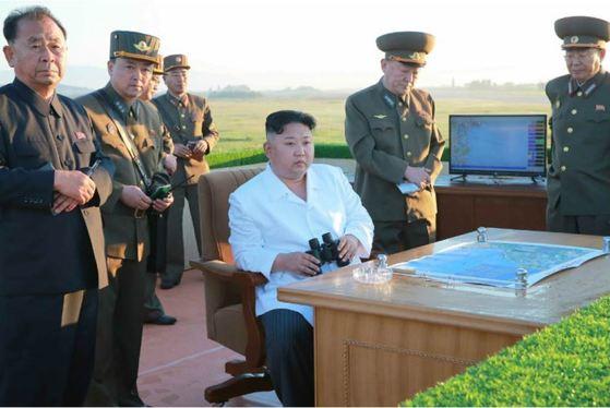 김정은 노동당위원장이 최근 국방과학원에서 조직한 신형 반항공 요격 유도무기체계의 시험을 보고 있다. [사진 노동신문]