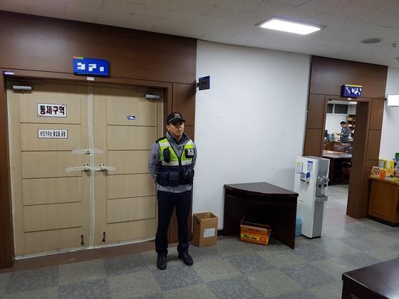 인천시교육청 내 시험지가 보관된 출입문 앞에 경찰관이 지키고 있다. [사진 임명수 기자]