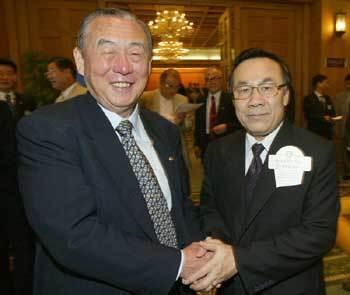 포로시절 자신을 심문한 즈엉 징 톡 주한 베트남대사(오른쪽)를 2002년 만나 화해하는 이대용씨.[중앙포토]