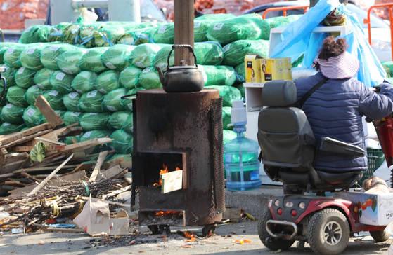 추위가 찾아온 15일 오후 인천 삼산농수산물센터에 난로가 놓여 있다. [연합뉴스]