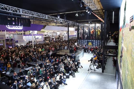 국내 최대 게임 전시회 '지스타 2017'의 블루홀 전시장을 찾은 관람객들이 '배틀그라운드' 게임 화면을 보고 있다. [사진 블루홀]