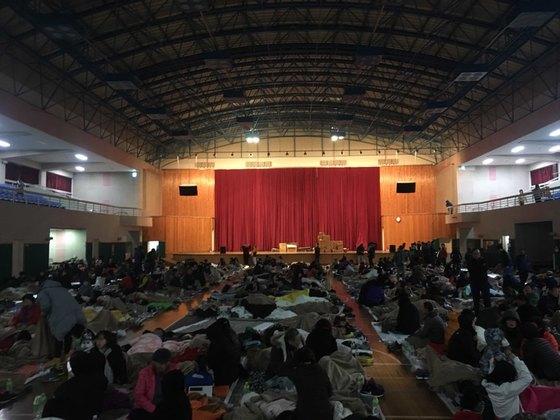 16일 오전 경북 포항시 흥해체육관에 전날 발생한 규모 5.4의 지진으로 대피한 시민 800여명이 모여 있다. 최규진 기자