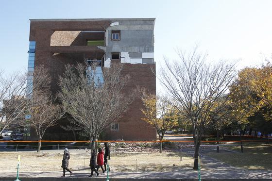 지난 15일 경북 포항을 강타한 규모 5.4의 강진으로 곳곳에 피해가 발생한 가운데 한동대 건물이 심하게 파손돼 있다. 프리랜서 공정식