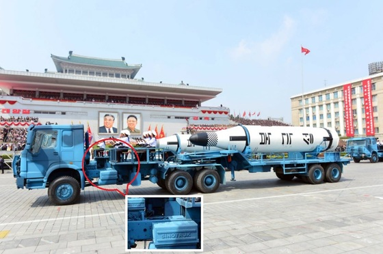 지난 15일 평양 김일성광장에서 열린 열병식에서 북한이 개발한 잠수함탄도미사일(SLBM) 북극성 1호가 중국 브랜드 '시노트럭'에 실려 등장하고 있다. [중앙포토]