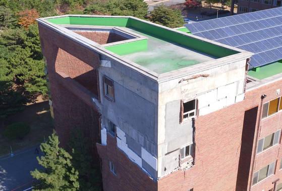 16일 오후 포항 한동대학교 건물 외벽이 전날 발생한 지진으로 파손돼 있다. 국세청은 포항 지진 피해자에 대해 세정 지원을 해주기로 했다.[연합뉴스]