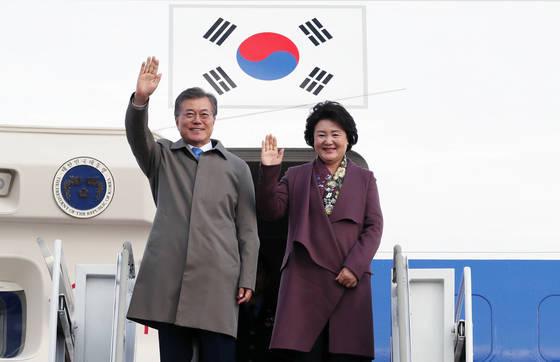 문재인 대통령과 부인 김정숙 여사가 인도네시아·베트남·필리핀 3개국 순방을 마치고 15일 오후 성남 서울공항에 도착했다. [연합뉴스]