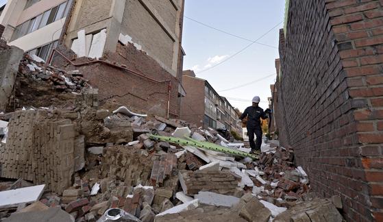 15일 발생한 포항 지진으로 포항 북구 환호동의 한 빌라 외벽이 무너져 있다.[매일신문]