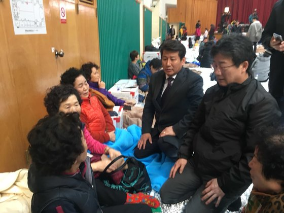 지진 피해 현장에 온 유승민 바른정당 대표. 최규진 기자