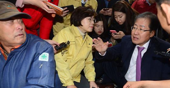홍준표 자유한국당 대표가 16일 오전 포항시 흥해읍 홍해실내체육관에 마련된 대피소를 찾아 지진피해로 대피해 있는 주민들을 위로하고 있다. [국회사진취재단]