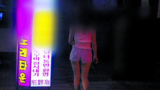 도우미가 대기 중이라고 홍보하는 노래방. 생명보험회사에서는 보험 가입을 거부할 정도로 '위험 직군'으로 분류하고 있다.