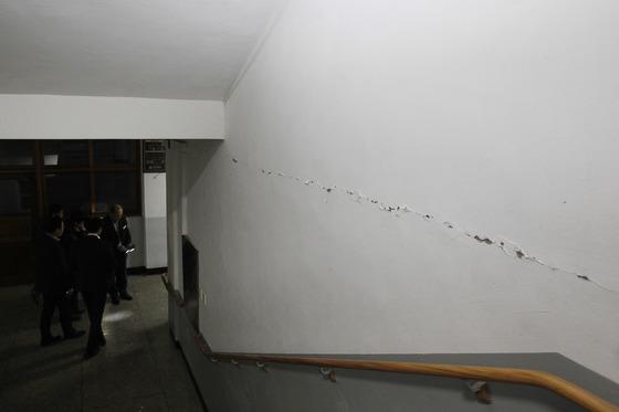 15일 오후 경북 포항에 규모 5.4의 지진이 강타한 가운데 수능이 치러질 예정이었던 포항고등학교 곳곳에 균열이 발생해 학교 관계자들이 건물 내부를 확인하고 있다. 프리랜서 공정식